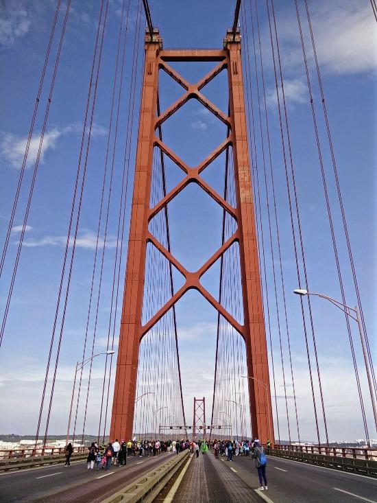 Pilar da ponte 25 de Abril