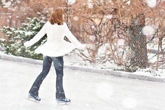 Vamos aproveitar ao máximo a época festiva e patinar no gelo? Descobre os lugares, horários e outras actividades neste artigo! :)
