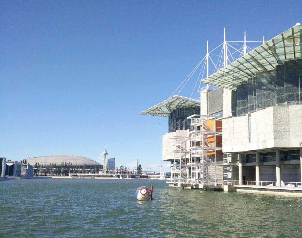 Parque das Nações: Oceanário de Lisboa em primeiro plano e Altice Arena, Torre e Ponte Vasco da Gama ao fundo.